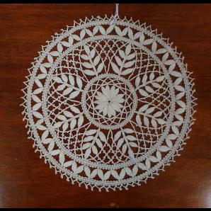 Centrino floreale in merletto con foglioline piene