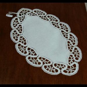 Centrino ovale in merletto con barrette aperte