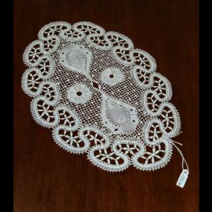 Centrino in merletto con foglioline piene, retino e fiori