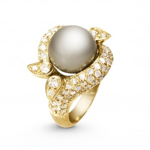 Gold Ring with Pearl and Diamonds
