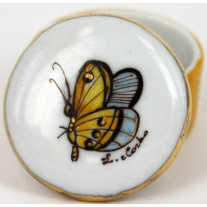 Porcelain little box with customizable butterfly motif