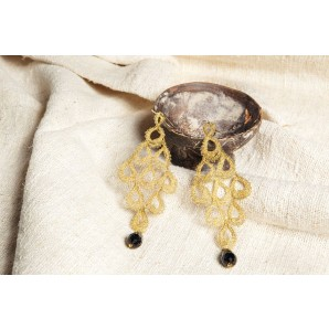Earrings Pavone in bobbin lace and onyx
