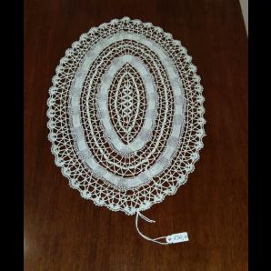 Centrino ovale in merletto con foglioline piene